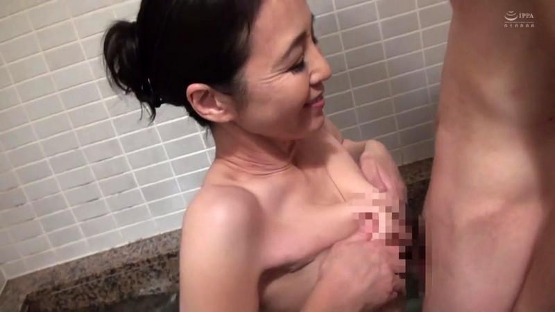 近親相姦 五十路のお母さんに膣中出し 水上由紀恵12