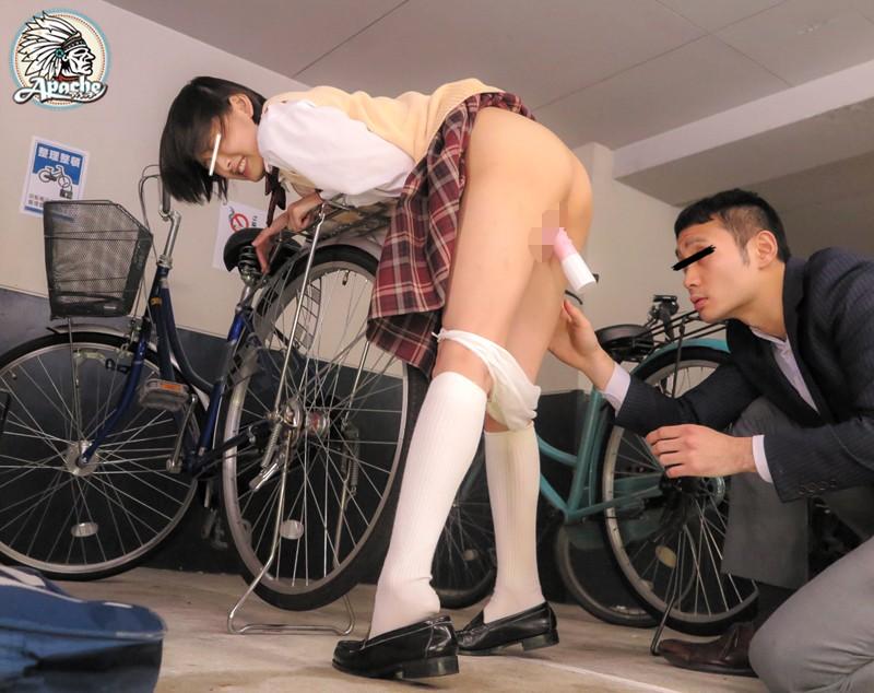 スレンダーな制服姿のJK女子校生の、レイプ媚薬バイブ無料エロ動画。【悪戯動画】