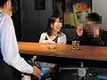 バーにやって来たほろ酔いカップルの彼氏に睡眠薬、彼女に媚...sample11
