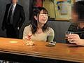 バーにやって来たほろ酔いカップルの彼氏に睡眠薬、彼女に媚...sample15