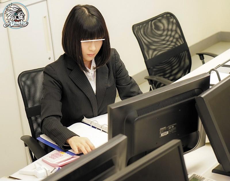 残業が終わった直後に押し入られ、翌朝までオフィスに居座る男たちに何度も何度も犯●れるOL 画像2