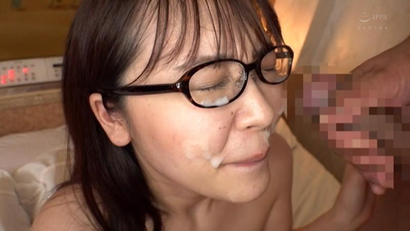 デカ尻巨乳のメガネ女子 大量ザーメン顔射と生中出しSEXで牝イキ!! 智江