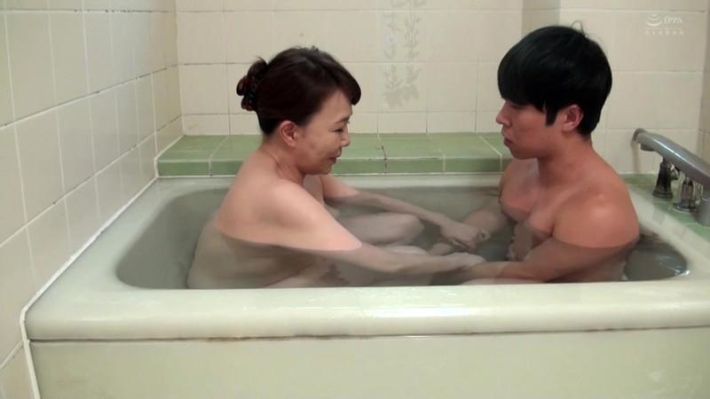 近親相姦 母のお尻〜五十路母の柔らか完熟巨尻 真田紗也子16