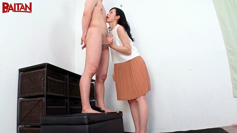 高身長スレンダー美女の中条カノンと神脚コキ痴女に悶絶するも逆襲のイラマチオで一矢報いる男達の記録。のサンプル画像