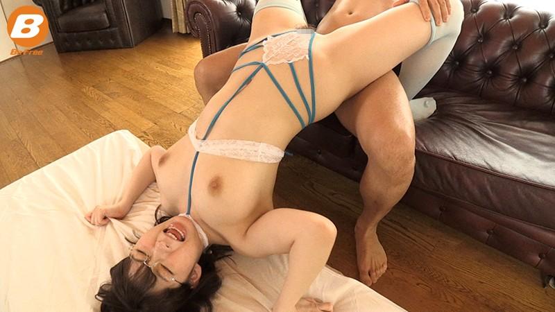地元のスイミングクラブに通う女子大生に裸よりも恥ずかしい水着を着せて絶叫エビ反り性交 宝田もなみ 2枚目