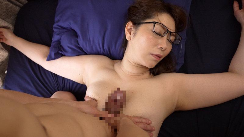 翔田千里×発情するメガネ熟女 メガネを着けたままの淫乱熟女が激しく乱れるSEX&オナニー!