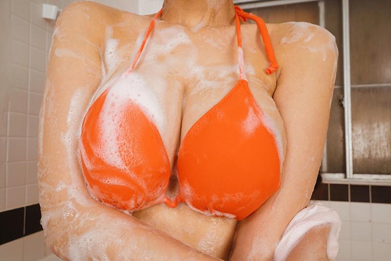 【VR】男女混浴サウナVR 巨乳ビキニ人妻に自慢のデカチンをさりげな〜く見せつけたらオッパイ誘惑してきて汗だく3Pセックスできた!のサンプル画像
