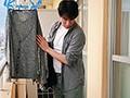 下着を落として取りに来た。ノーブラ姿の人妻さん。 永井マリア