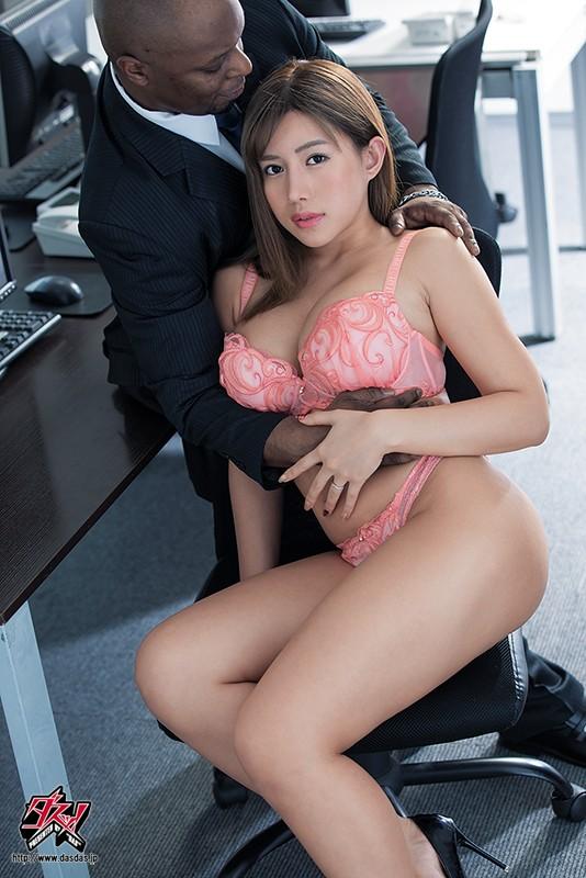 夫の上司に魅せられた人妻。激しくピストンする黒光したペニス。人妻黒人ntr 永井マリア