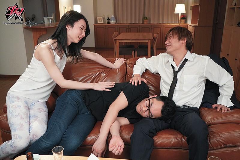 眠る夫のすぐ傍で不埒な男にとろける程しゃぶられて… 愛沢さら