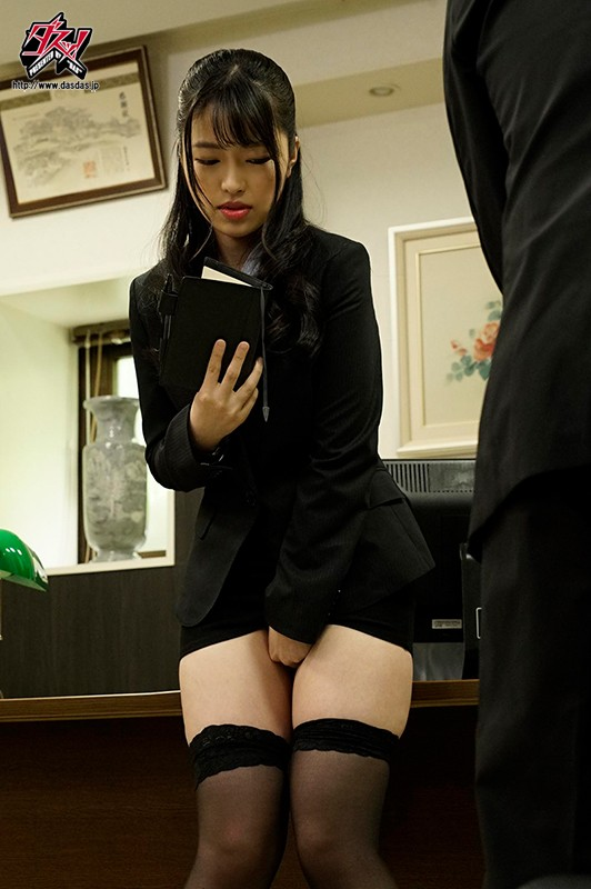 聖水領域 難癖社長にお漏らし調教された美人秘書はマシュマロ柔肌の太ももを濡らす。 椿りか 1枚目
