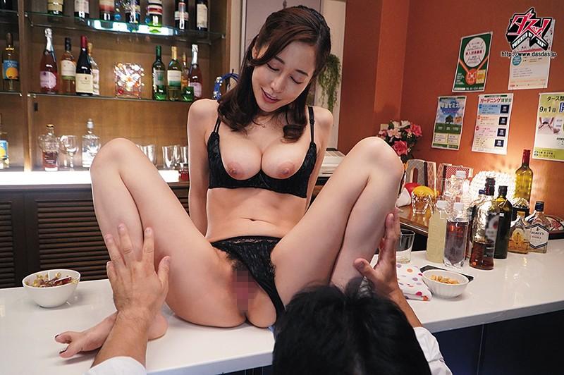 ヤレそうでヤレない。美人で有名なママがいる地方で人気のスナック店 篠田ゆう1