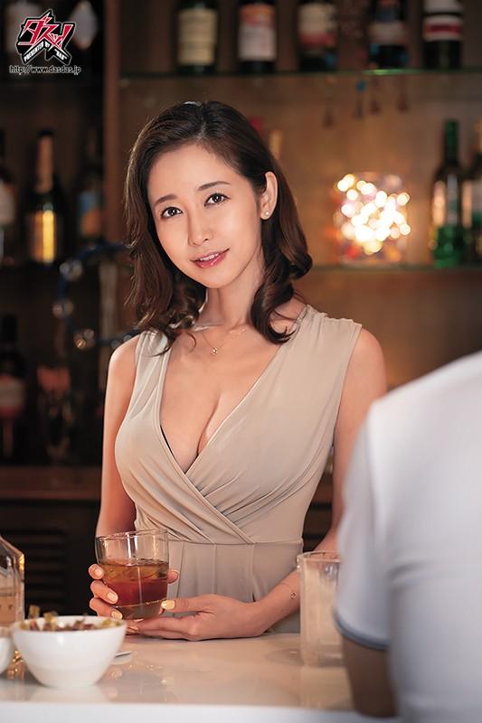 ヤレそうでヤレない。美人で有名なママがいる地方で人気のスナック店 篠田ゆう10