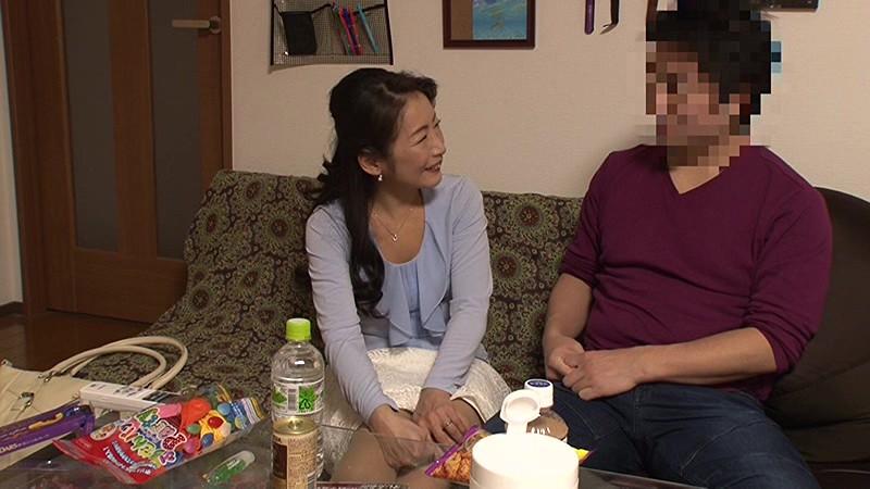 「私みたいなおばちゃんでホントにいいの?」若い男の子が完熟おば様を部屋に連れ込みあの手この手で口説いて中出しセックスするビデオVol.1