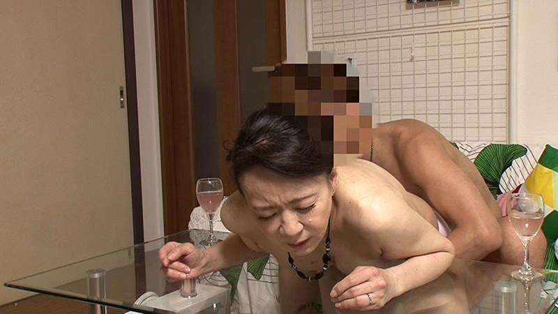 「私みたいなおばちゃんでホントにいいの?」若い男の子が完熟おば様を部屋に連れ込みあの手この手で口説いて中出しセックスするビデオ Vol.7サンプルF14