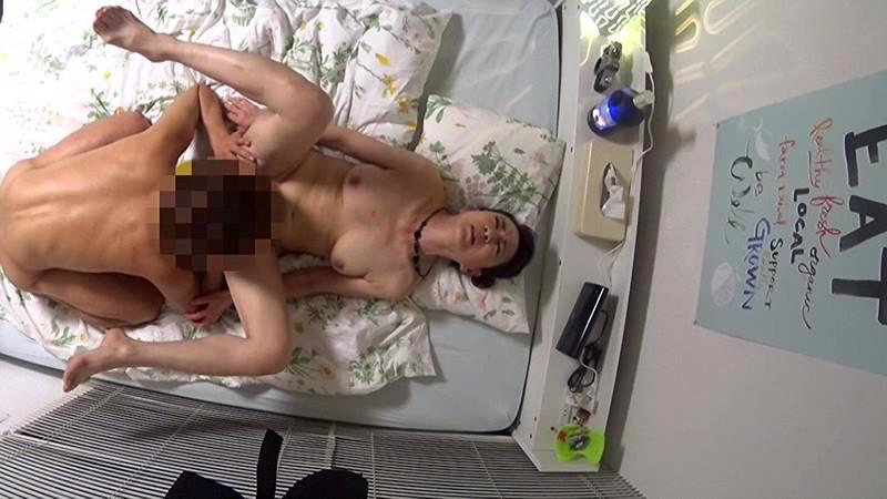 「私みたいなおばちゃんでホントにいいの?」若い男の子が完熟おば様を部屋に連れ込みあの手この手で口説いて中出しセックスするビデオ Vol.7サンプルF16