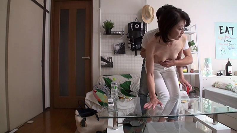 「私みたいなおばちゃんでホントにいいの?」若い男の子が完熟おば様を部屋に連れ込みあの手この手で口説いて中出しセックスするビデオ Vol.7サンプルF4