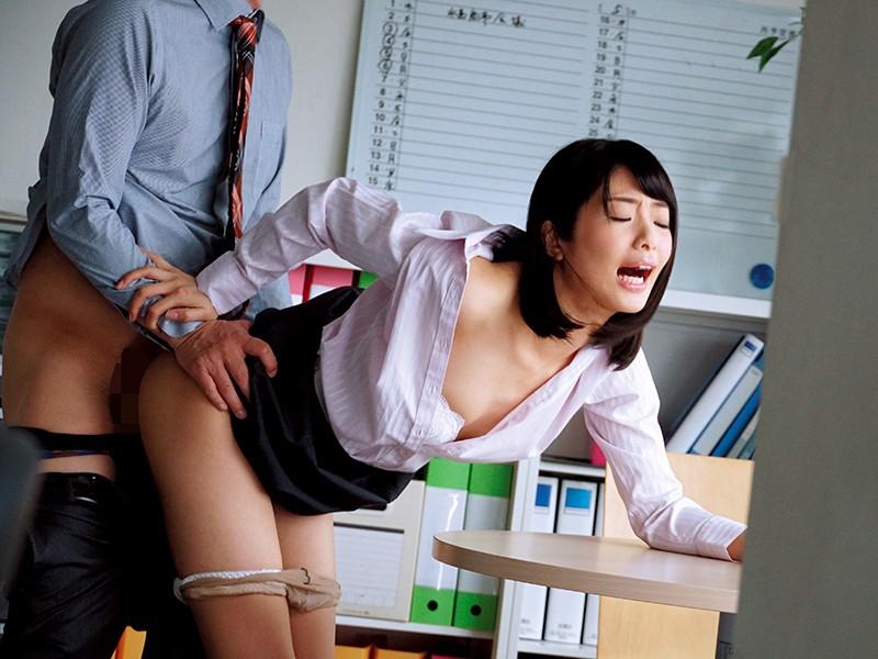 休日オフィスNTR〜わたし、夫に休日出勤とウソをついて上司に抱かれてます… 川上奈々美のサンプル画像