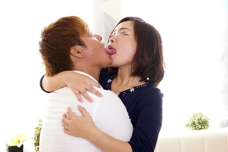 一般男女モニタリングAV 34歳以上の素人奥様限定!年の差があっても男女はキスだけで恋に落ちて初対面の相手とSEXしてしまうのか? 2 惹かれあった2人のキスまみれの完全プライベートSEXを大公開!!人妻×男子大学生編 3枚目