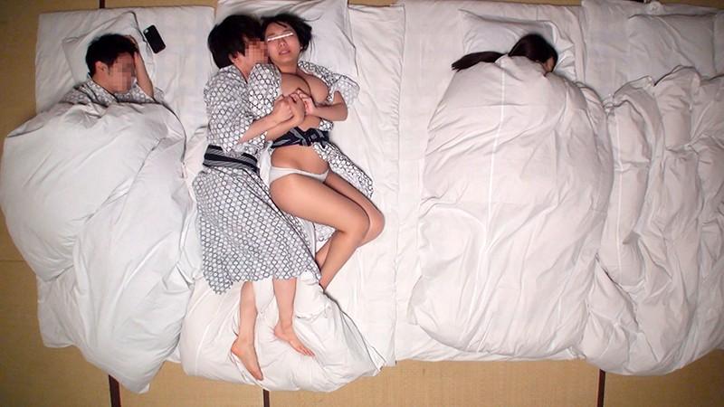 一般男女モニタリングAV 大学生カップル限定ドキドキNTRミッション!Wデートの温泉旅行中に巨乳女子大生が友人の彼氏と寝取られセックスに挑戦!お互いの恋人に気づかれないように徐々にエスカレートする2人の気持ちと身体!寝ている彼氏&彼女と10cmの距離で中出ししま… 6枚目