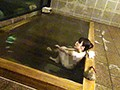 混浴で一人になった熟女を狙え!2 8時間2枚組