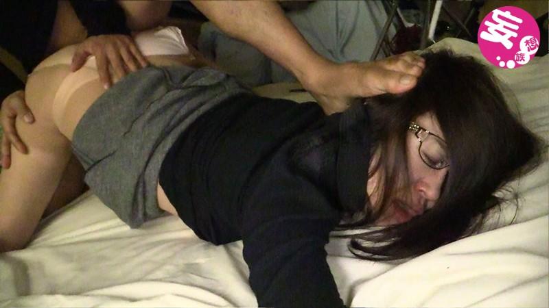 [閲覧注意]熟女輪●レ●プ映像 File#02「被害者:メガネ主婦」 画像1