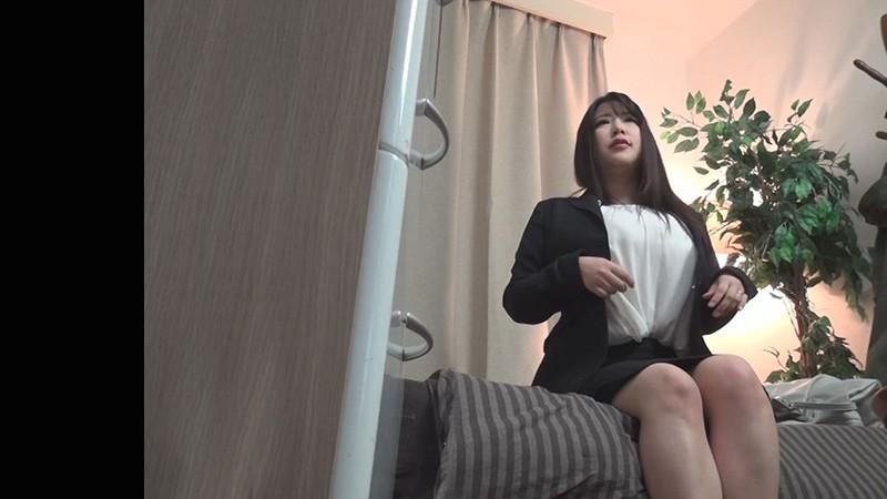 ナンパ連れ込みワーキングマダム お堅いスーツの内側でじっとりムレた汗じみパンツ!仕事帰りで性欲を持て余す働く人妻の発散セックス隠し撮り