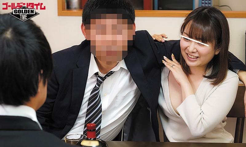 奥さんのノーブラ乳首チラがエロ過ぎて超絶フル勃起!会社の飲み会で酔った上司を家まで送って行ったら、出迎えてくれた上司の奥さんがまさかの…