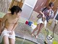 清掃中の温泉に無理言って入浴させてもらったら、美人仲居の捲りあがった着物から見える太ももについ勃起!それを見た美人仲居が背後からチ○ポを…