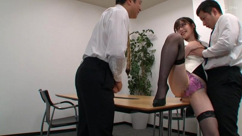 オフィスで誘惑するパンスト痴女OL 深田えいみ 15枚目