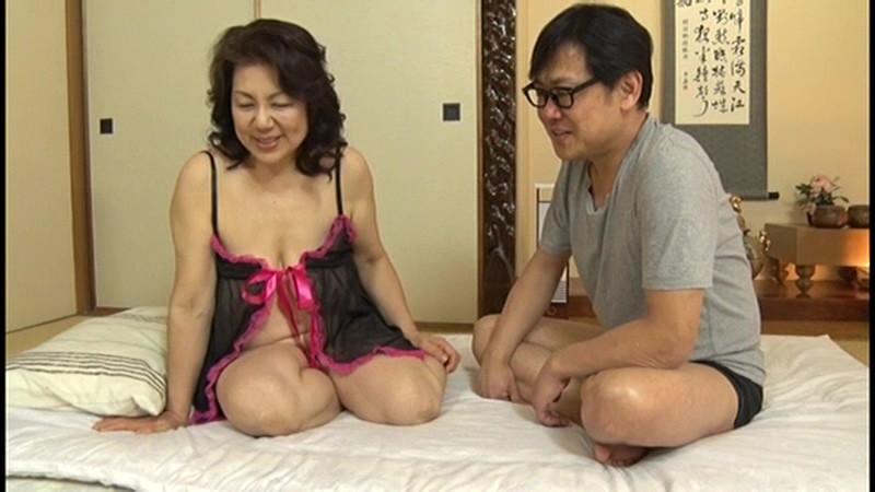 本生近親相姦優しい包容力で息子の股間を癒す還暦の母 富岡亜澄|無料エロ画像1