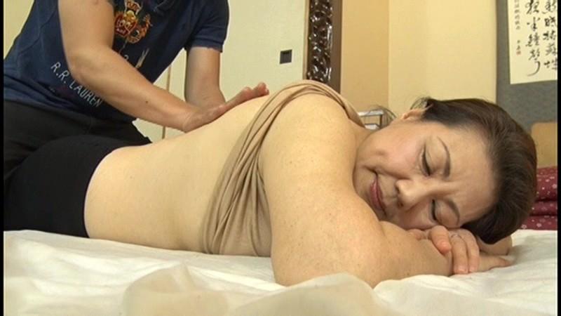 本生近親相姦優しい包容力で息子の股間を癒す還暦の母 富岡亜澄|無料エロ画像12