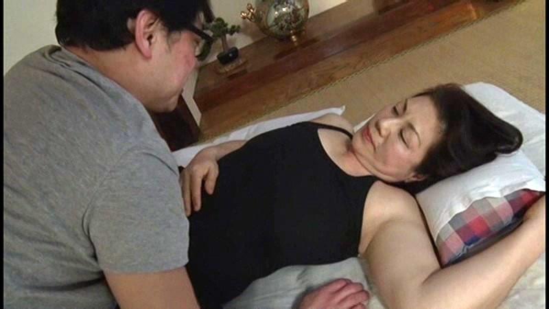 本生近親相姦優しい包容力で息子の股間を癒す還暦の母 富岡亜澄|無料エロ画像13