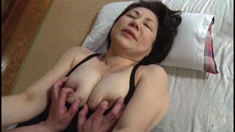 本生近親相姦優しい包容力で息子の股間を癒す還暦の母 富岡亜澄|無料エロ画像14
