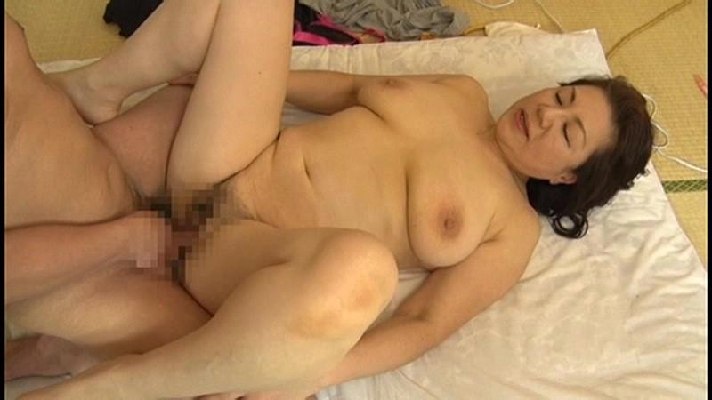 本生近親相姦優しい包容力で息子の股間を癒す還暦の母 富岡亜澄|無料エロ画像8