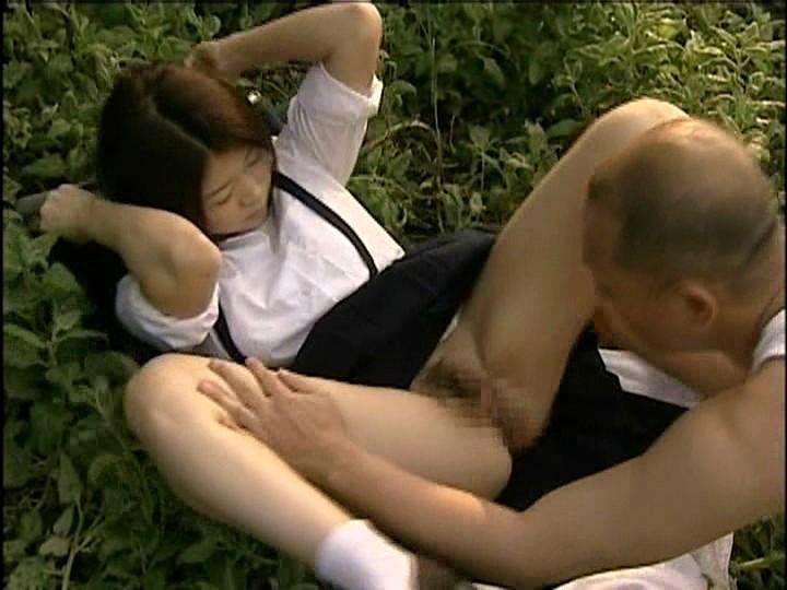 【ヘンリー塚本羞恥】巨乳で美乳で着衣のJK女子校生の、ヘンリー塚本の羞恥セックス露出プレイが、野外で!