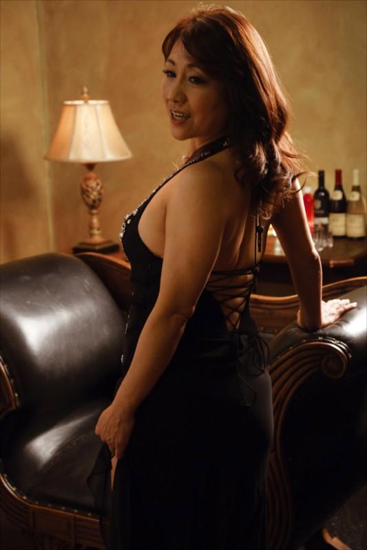 熟女クラブで見つけた超どストライクなホステスに見惚れて何度もチラ見してたら… 画像1