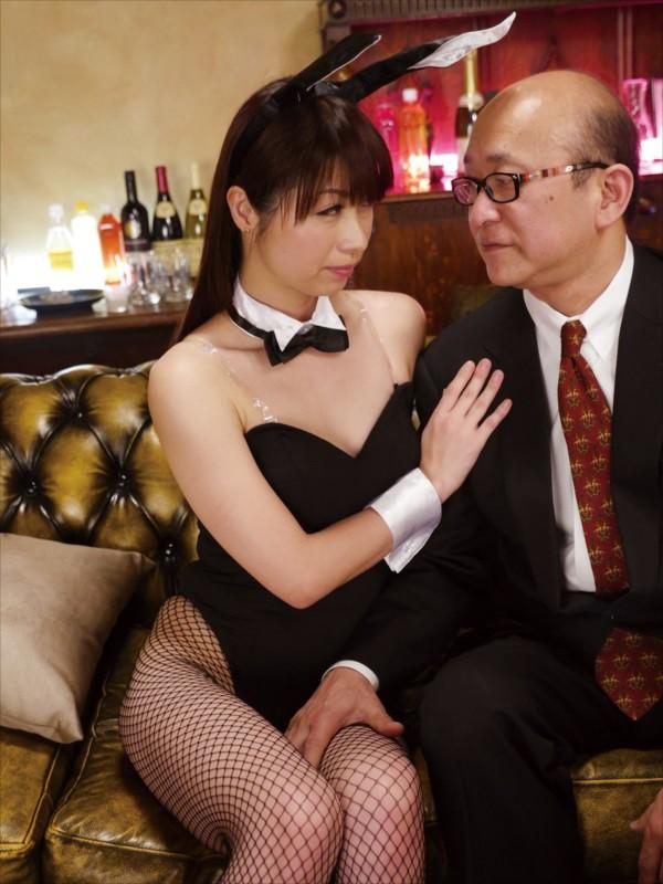 熟女クラブで見つけた超どストライクなホステスに見惚れて何度もチラ見してたら… 画像9