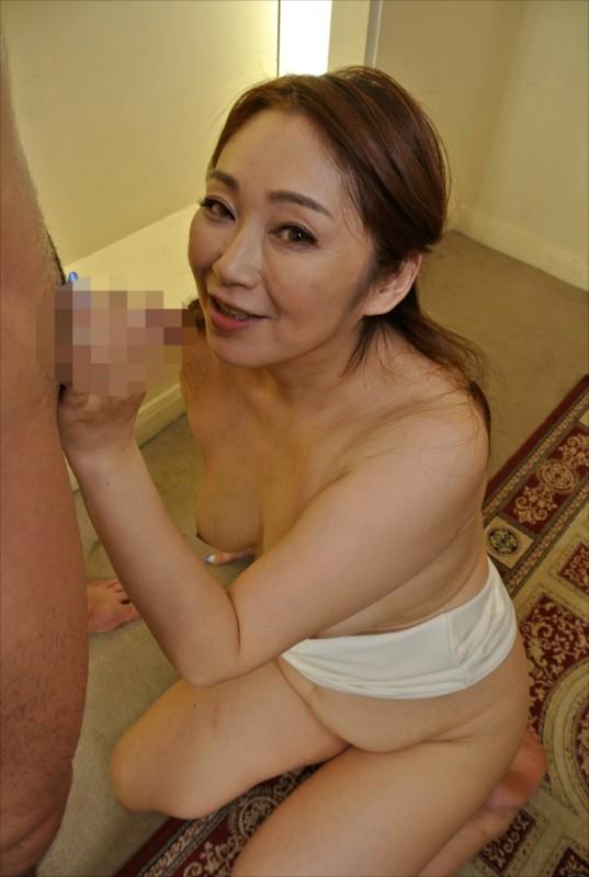 じっとり湿った巨尻おばさんのパンチラ誘惑のサンプル画像