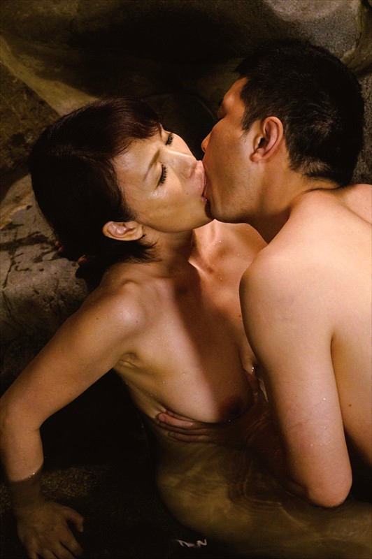 母子温泉物語 露天風呂で淫らに交わる禁断の近親相姦 4人4時間