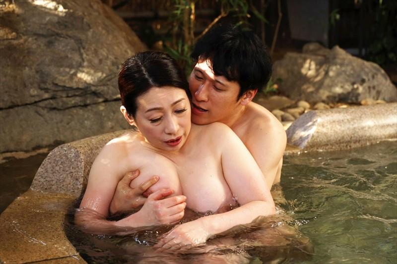 五十路温泉近親相姦物語 露天風呂で淫らに交わる禁断の母子交尾 画像1