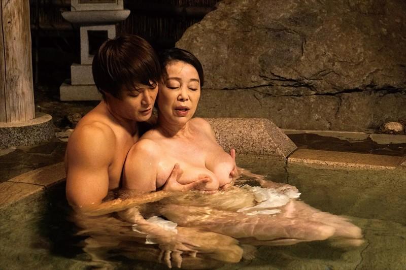 五十路温泉近親相姦物語 露天風呂で淫らに交わる禁断の母子交尾 画像8