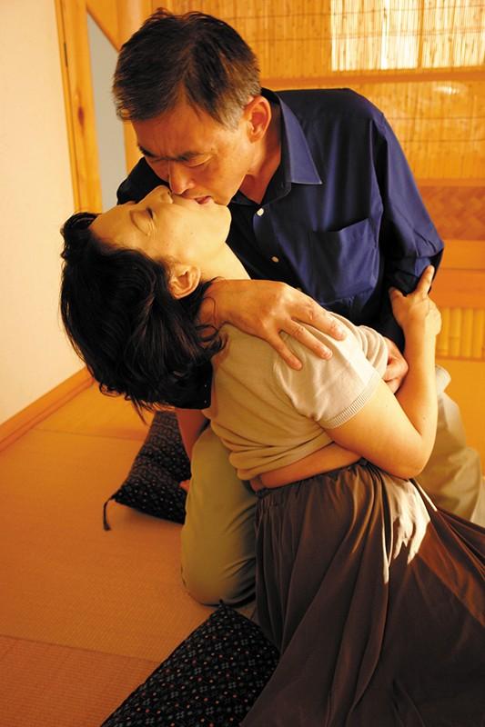 五十路六十路 長年連れ添った中高年夫婦が再び燃え上がる濃厚な接吻と絡み合う性交6人4時間サンプルF1