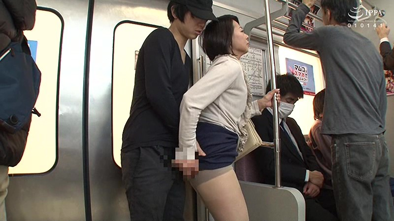 狙われた熟女の肉感ヒップ!!ぶっかけ尻レイプ痴漢 3時間 の画像11