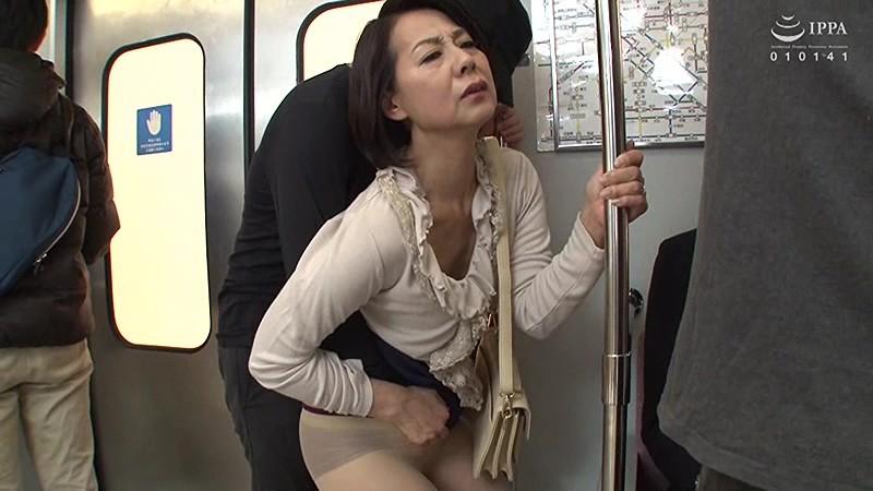 狙われた熟女の肉感ヒップ!!ぶっかけ尻レイプ痴漢 3時間 の画像12