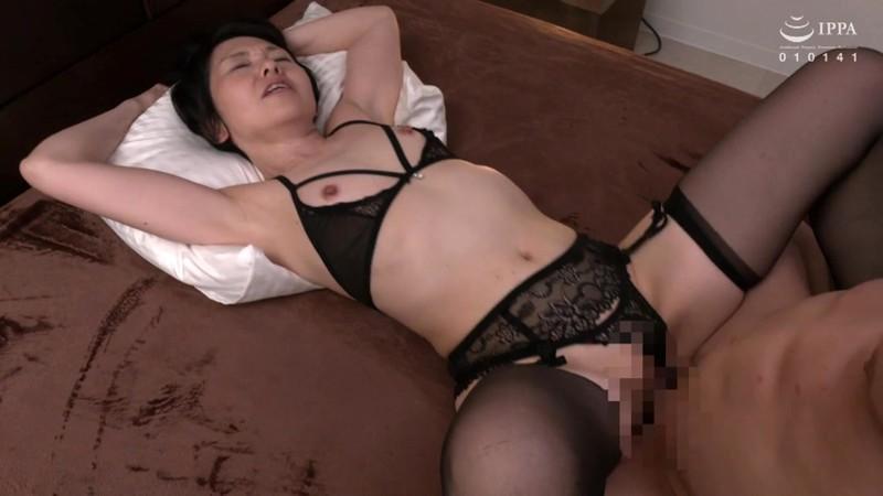 おみ足を美々しく着飾り色気を引き立てるガーターストッキング熟女の着衣性交 30人8時間2枚組5