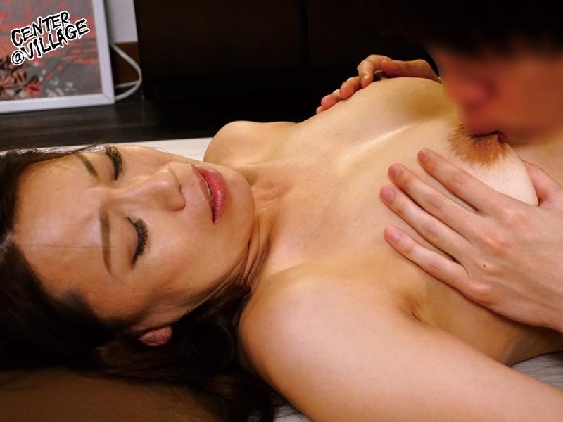 「あなた…許して」私、夫がお風呂に入っている15分の間、いつも息子に抱かれています 里崎愛佳 8枚目