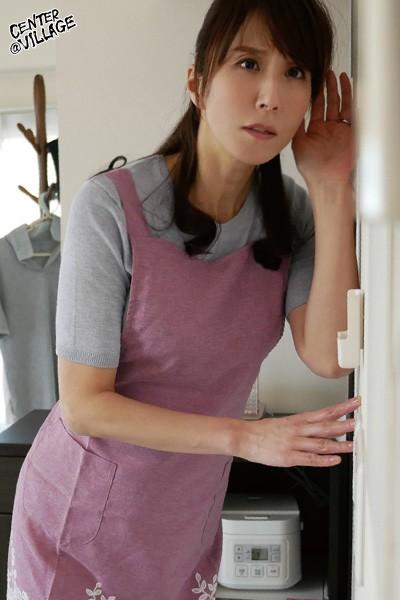 一人暮らしを始めた僕のアパートに荷物の整理をしにきた母親が隣りの家から聞こえてくるエロ過ぎるアエギ声に発情して襲いかかってきた 澤村レイコ