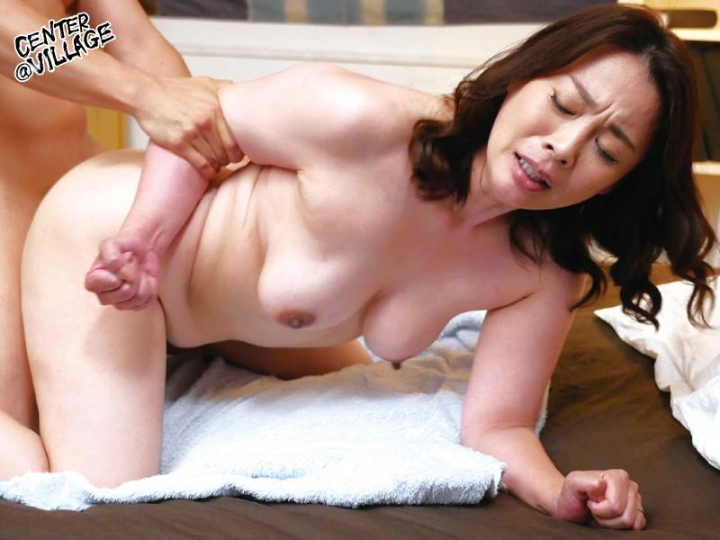 先っぽまでは挿入させてくれる母とのギリギリ相姦 佐倉由美子 画像10