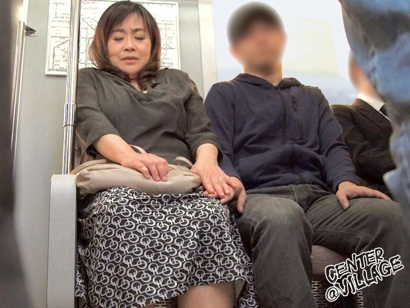人妻痴●電車〜さわられた六十路母〜 葉山のぶ子|無料エロ画像1